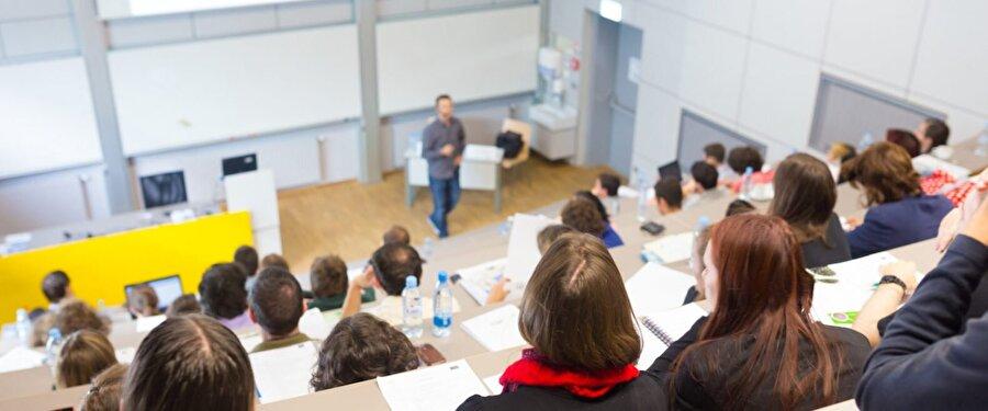 Avustralya                                                                                                                Avustralya da eğitim sisteminin amaçları daha önceden belirlenmiştir. Her eyalet eğitimin amaçlarını eyalet içinde oluşturdukları komisyonla belirlemektedir. Eğitimin amaçlarını belirlemede merkezi otorite bulunmadığı için eğitimin amaçları eyaletlere göre farklılık göstermektedir. Eğitimin amaçları eyaletlere göre farklılık göstermesi rağmen bazı kriterler bulunmaktadır. Eğitimin amacı; kişinin bedensel ve psikolojik gelişimini sağlamak ve bilgi ve beceri düzeyini artırarak topluma faydalı bireyler yetiştirmeyi amaçlamaktadır.     Avustralya da zorunlu eğitim kademeleri bulunmaktadır. Zorunlu eğitim 6-15 yaş arasını kapsamaktadır. Bu süre bazı eyaletler de farklılık göstermektedir. Örneğin Tasmanya eyaletin de zorunlu eğitim 6-16 yaş aralığını kapsamaktadır. Öğrencilerin çoğu eğitim hayatını devlet okullarında devam etmektedir. Devlet okulları parasızdır.      Avustralya yüksek öğrenim mezunu yetişkinlerin çoğunlukta olduğu bir ülke. Ülkenin yüzde 43'ü okulu bitirdikten sonra bir kurumda eğitim almaya devam ediyor.