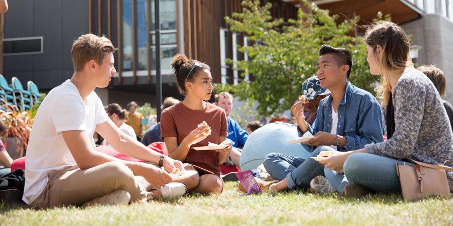 Yeni Zelanda                                                                                                                Yeni Zelanda, dünyanın en iyi eğitim sistemleri arasında yer alan bir ülke ve yenilikçi bir eğitim departmanına sahip. Hükümet eylül ayından itibaren online eğitim düzenlemeyi planlıyor, bu sayede öğrencilerin haftanın belirli günlerinde okula devam zorunluluğu olmayacak.     Yeni Zelanda eğitim sistemi şu anda birçok OECD ülkesinden daha iyi 7 numaralı dünyada yer alıyor. Eski bir İngiliz kolonisi olan Yeni Zelanda eğitim sistemi, Avrupa sistemine dayanıyor ve bazı ufak farklar var. İlkokul altı yıl sürer; öğrenciler genelde 5 yaşında başlarlar. Orta okul 7 - 8 yaşları arasındadır ve ortaokul 9 - 13 yaşları arasındadır. Bu bölümlerin adlandırılması, eğitim sisteminin hangi bölümlerinin belirli bir okulda sunulduğuna bağlı olarak farklılık gösterebilir. Okul, 16 yaşına kadar (11 yıl) zorunludur ve devlet finanse edilmiştir. Dünyanın diğer bölgelerinde olduğu gibi özel okullar da mevcuttur, ancak okul ücretlerinin% 70'inin öğrencinin ailesi tarafından ödenmesini gerektirir.     Yeni Zelanda'da devlet tarafından finanse edilen 8 üniversite bulunmaktadır. Her biri çeşitli konularda lisans veya yüksek lisans derecesi sunar ve uzmanlaşmış profesyonel derecelerde güçlüğe sahiptir. Hepsinin uluslararası kabul görmüş durumda. Lisansüstü eğitim ve araştırma dışında, ileri eğitim de yüksek ve mesleki derece içerir. Kurslar, öğrencilerin işe, sertifikaya ve diplomaya yardımcı olacak programlar arasında değişir. Tam ve yarı zamanlı uzaktan eğitim seçenekleri de mevcuttur.     Yeni Zelanda eğitim sistemi, farklı yeteneklere, dini inançlara, etnik gruplara, gelir düzeylerine ve öğretme ve öğrenmeye ilişkin fikirlere açık olan eşsiz ve farklı topluluklarını yansıtır.
