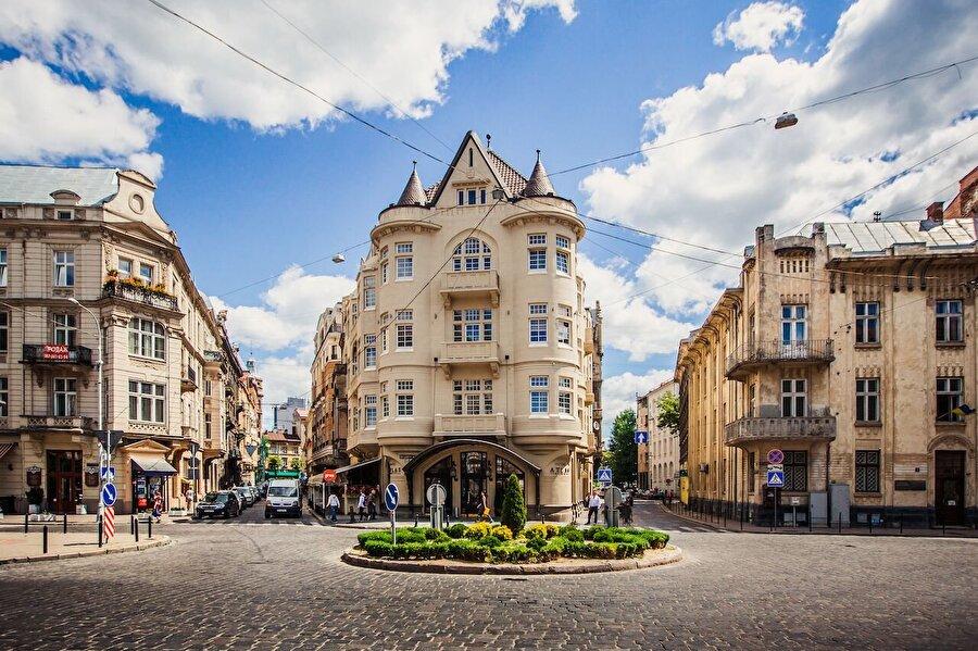 Yurt dışı tatili                                      Pasaportu olan vatandaşlar için ucuz bir yurt dışı tatili yapmak da mümkün. Bir aylık asgari ücretle, Ukrayna'nın tarihi kenti Lviv'e 5 günlük bir ziyaret yapabilirsiniz.      Şehir merkezine yakın 3 yıldızlı bir otelde gideceğiniz tarihe göre fiyatlar değişkenlik gösterse de ortalama gecelik fiyat 85 TL. Uçak biletinde de aynı kriterler göz önünde bulundurarak ortalama gidiş geliş ücreti 750 lira civarında. 5 günlük bir Lviv tatili konaklama ve Uçak bileti dahil maliyeti ise 1175 lira. Kalan 845 lira ile 4 bin 379 Ukrayna Grivnası alabilir ve gönlünüzce eğlenebilirsiniz.