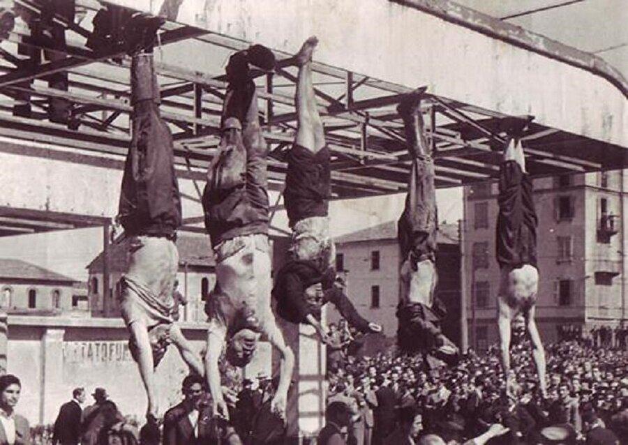 Yol güzergahında komünist partizanlar tarafından yakalanan Mussolini 28 Nisan'da metresi Clara Petacci ile birlikte kurşuna dizilerek öldürüldü.