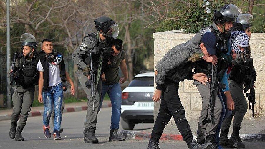 İsrail güçleri 2018'de 295 Filistinliyi katletti BM İnsani Yardım Koordinasyon Ofisi'nin (OCHA) verilerine göre, İsrail güçleri 2018'in başından bu yana 295 Filistinliyi öldürdü, 29 bin Filistinliyi yaraladı. Böylece, İsrail'in Gazze'ye 2014'te düzenlediği saldırılardan bu yana İsrail güçlerinin saldırıları nedeniyle bir yıl içinde en fazla Filistinli 2018'de hayatını kaybetmiş oldu. Ayrıca, OCHA'nın Filistin'de ölüm ve yaralanmaların kaydını tutmaya başladığı 2005'ten beri en fazla sayıda Filistinli 2018'de yaralandı.