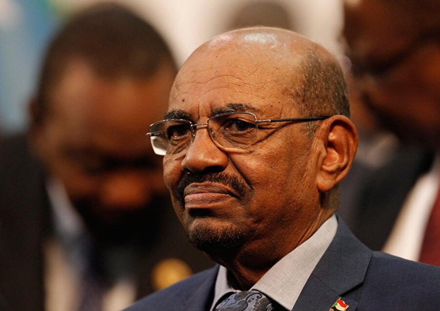 """""""Ülke güvenliğiyle oynanmasına izin vermeyeceğiz"""" Sudan Devlet Başkanı Ömer el-Beşir, Emekçi Kadınlar Derneği üyelerine ülke genelinde süren protestolarla ilgili bir konuşma yaptı. Halkının onurlu bir yaşamı hak ettiğini ve bu aydan itibaren maaşları iyileştirmeye başladıklarını belirten Beşir, şunları söyledi: """"Geminin batacağını ve hükümetin düşeceğini söyleyenlere sesleniyorum. Biz geminin batmasını, hükümetin düşmesini isteyenleri değil, bizimle dimdik ayakta durup kenetlenecekleri istiyoruz."""" Ülkedeki """"ekonomik sıkıntı""""yı kabul ettiklerini ve hükümetin çözüm için çalıştığını ifade eden Beşir, sorunların çözümü için söz verdi."""