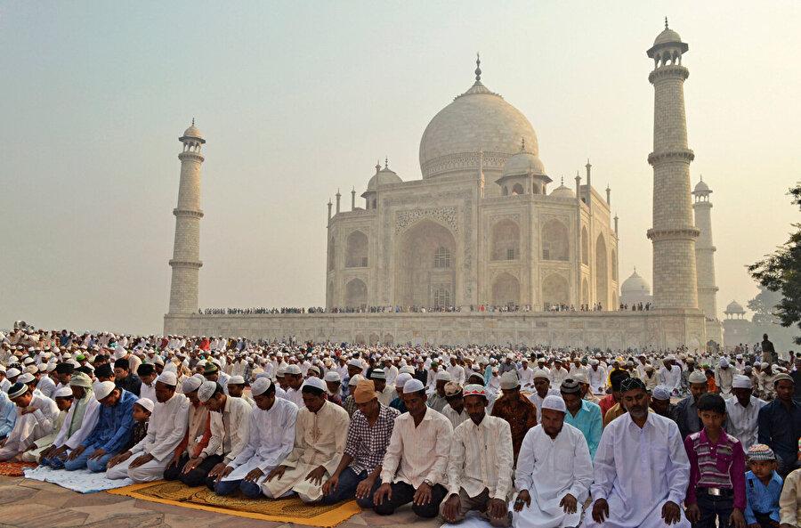 Hindistan'da din ayrıcalıklı vatandaşlık yasası Hindistan'da uzun süredir tartışmaların yaşandığı vatandaşlık yasası 8 Ocak 2019 tarihinde onaylandı. Lok Sabha alt meclisinde onaylanan yasa Hindistan'da yaşayan ve Müslüman olmayan göçmenlere vatandaşlık hakkı tanıyor. Özellikle Müslüman olmayan göçmenleri kapsayan yasaya muhalefet ve Assam bölgesinde yaşayan halk da şiddetle karşı çıkıyor. Yasanın Müslüman olmayan azınlıkları kapsaması ise 1971 yılı sonrası bölgeye gelen ve nesiller boyu burada yaşayan Müslümanlara ne olacağı sorularını akla getiriyor.