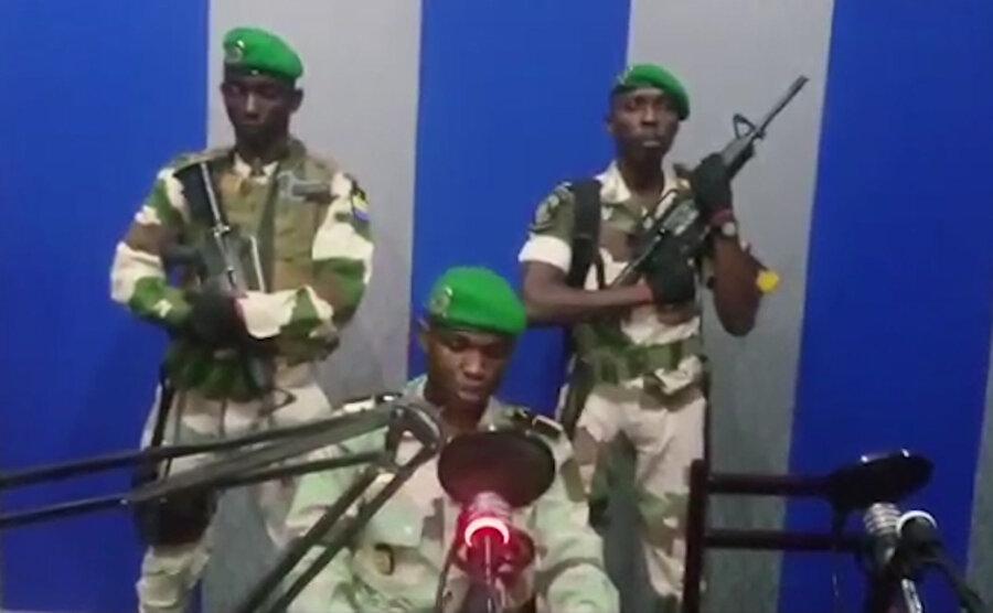 """Gabon'da darbe girişimi Teğmen Kelly Ondo Obiang liderliğindeki bazı askerler 7 Ocak sabahı 4:30'da Gabon'daki ulusal radyoyu ele geçirerek bildiri okudu. """"Savunma ve Güvenlik Güçleri Yurtsever Cephesi"""" olarak tanımlayan hareket canlı yayında yönetimi devraldığını duyurdu. Fakat kısa bir süre sonra Gabon Hükümeti'nden yapılan açıklamada, darbe girişiminin kontrol altına alındığı bildirildi. 51 yıldır Bongo ailesinin yönettiği ülkede, darbe girişiminin arka planında kimin ya da kimlerin olduğu sorusuna cevap aranıyor."""