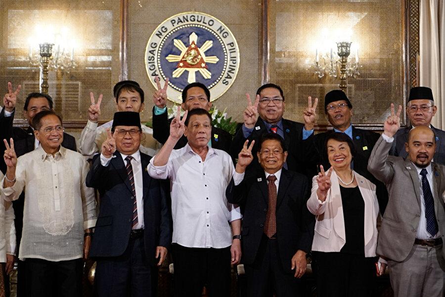 Moro'da bağımsızlık referandumuna doğru... Filipinler devleti ve Moro İslami Kurtuluş Cephesi (MILF) arasında varılan anlaşmaya göre, 21 Ocak 2019'da yapılacak referandum sonrası özerk yönetimin kurulması planlanıyor. Mindanao adasında Müslümanların yoğun olarak yaşadığı bölgelerde yapılacak referandum sonrası, Bangsamoro Müslüman Özerk Bölgesi (Bangsamoro Autonomous Region in Muslim Mindanao-BARMM) kurulacak.