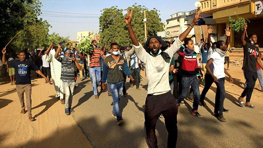"""Sudan'da tutuklu sayısı 800'ü geçti Sudan'da yaklaşık bir aydır devam eden iktidar karşıtı gösterilerde, 800'den fazla kişinin tutuklandığı açıklandı. Fransız AFP ajansına konuşan bir yetkili, ikisi güvenlik elemanı olmak üzere en az 19 kişinin hayatını kaybettiği gösterilerin artık sona ermeye başladığı kaydetti. İçişleri Bakanı Ahmed Bilal Osman da, tutuklanan toplam kişi sayısını 816 olarak bildirdi. Bakan Osman, """"Gösteriler aslında barışçıl biçimde başlamıştı, ama sonradan onların arasına katılan bazı kötü niyetli kişiler nedeniyle olaylar çığırından çıktı"""" dedi."""