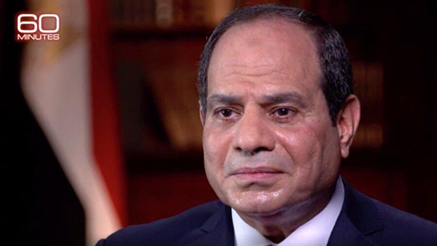 """Sisi önce konuştu, sonra """"yayınlanmasın"""" dedi Mısır Cumhurbaşkanı Abdulfettah Sisi'nin, Amerikan CBS televizyonuna verdiği röportaj sırasında sarf ettiği bazı cümleler, Mısır devleti içinde kriz çıkardı. Röportajın yayınlanmaması için Mısır'ın ABD Büyükelçiliği resmen devreye girerken, CBS televizyonu, yaptıkları kaydı 6 Ocak Pazar akşamı yayınlayacaklarını duyurdu. Sisi'nin tartışma yaratan röportajda """"Ülkemizde siyasi tutuklu yoktur. Tutuklu bulunanların hepsi teröristtir. Sina'daki teröristlerin ortadan kaldırılması için İsrail'le işbirliği yapıyoruz."""" İfadelerini kullandığı iddia ediliyor."""