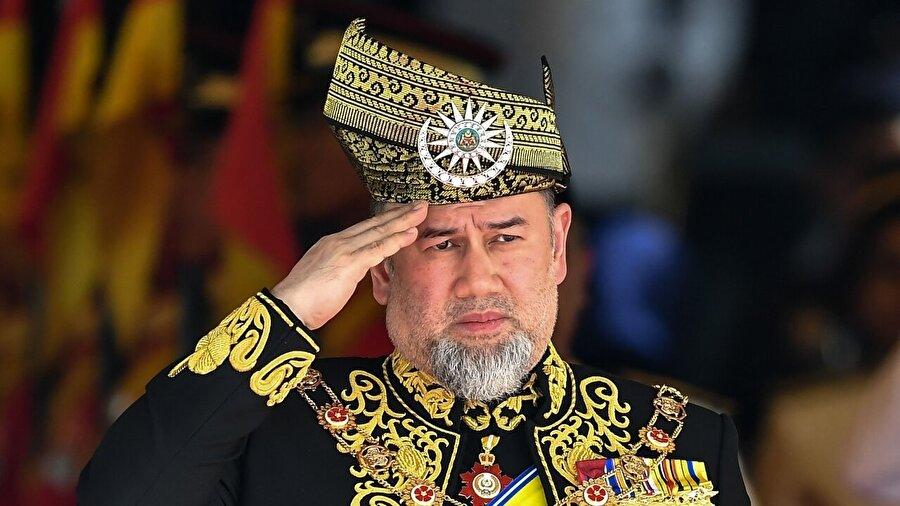 Malezya Kralı, kendi isteğiyle tahttan çekildi Malezya Kralı Sultan Beşinci Muhammed, kendi isteğiyle tahttan çekildiğini açıkladı. Ülke basınında yer alan haberlere göre, haftalardır yurt dışında bulunan Kral, Moskova'da eski bir Rus mankenle evlendiğinin ortaya çıkmasının ardından görevini bıraktığını duyurdu. Haber Malezya'da büyük bir siyasi tartışma başlatmış, Kral'ın 2021'de dolacak görev süresini nasıl tamamlayacağı spekülasyonlara konu olmuştu.