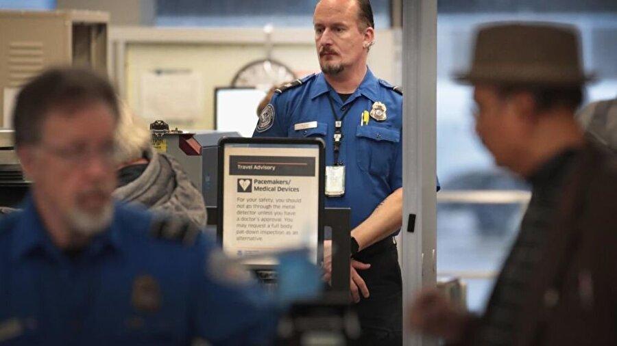 Havaalanı güvenliği                                                                           Havaalanlarında yolcuların güvenlik taramasından sorumlu olan Ulaştırma Güvenlik İdaresi (TSA) çalışanları, hükümetin kısmen kapandığı ilk günlerde işe ücret almadan geliyordu. Havaalanlarındaki güvenlik taramasından sorumlu çalışanlar ve kontrolörler güvenlik açısından elzem personel arasında yer alıyor ve bu nedenle de hükümet kapandığından bu yana ücret almadan çalışıyorlardı; ancak hükümetin kapanmasında üç haftanın geride kaldığı bu dönemde TSA'de personel sıkıntısı baş göstermeye başladı. Zira ücretsiz çalışmaya zorlanan çalışanların bazıları durumu protesto amacıyla hastalık/mazeret izni kullanmaya başladı.