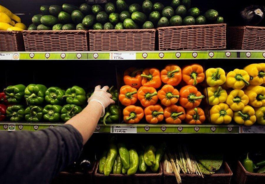 Gıda güvenliği                                                                            ABD'de hükümetin kapanması yüzünden Gıda ve İlaç İdaresi (FDA) deniz ürünleri, sebze ve meyvelerde yapılan rutin gıda güvenliği denetimlerini durdurdu.     FDA normal koşullar altında her hafta ABD içinde 160 imalat tesisinde denetim yapıyor. Bunların yaklaşık üçte biri gıda kaynaklı hastalıklar konusunda yüksek riskli tesisler olarak değerlendiriliyor. ABD'de gıda kaynaklı hastalıklar yüzünden her yıl 128 bin kişi hastanelik oluyor. Hastalıkları Kontrol ve Önleme Merkezi'nin verilerine göre 3 bin kişi de hayatını kaybediyor.