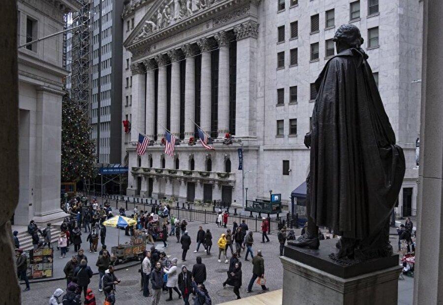 ABD ekonomisi                                                                           JPMorgan'a göre, hükümetin kapalı olması sebebiyle 20 trilyonluk ABD ekonomisi haftada en az 1,5 milyar dolar kaybediyor. ABD'de Küçük İşletmeler İdaresi 22 Aralık itibariyle yeni kredileri işleme almamaya başlamıştı. Uzmanlar krizin uzaması halinde tüketici ve yatırımcı güvenini olumsuz etkileyebileceği konusunda uyarıda bulunuyor.     JPMorgan ekonomistleri bu yılın ilk çeyreği için tahminlerini hükümetin kapalı olmasından dolayı çeyrek puan düşürdü. Kredi derecelendirme kuruluşlarından Fitch hükümetin kapalı olmasından kaynaklanan krizin uzaması halinde Amerika'nın AAA olan notunun olumsuz etkilenebileceği uyarısında bulundu.