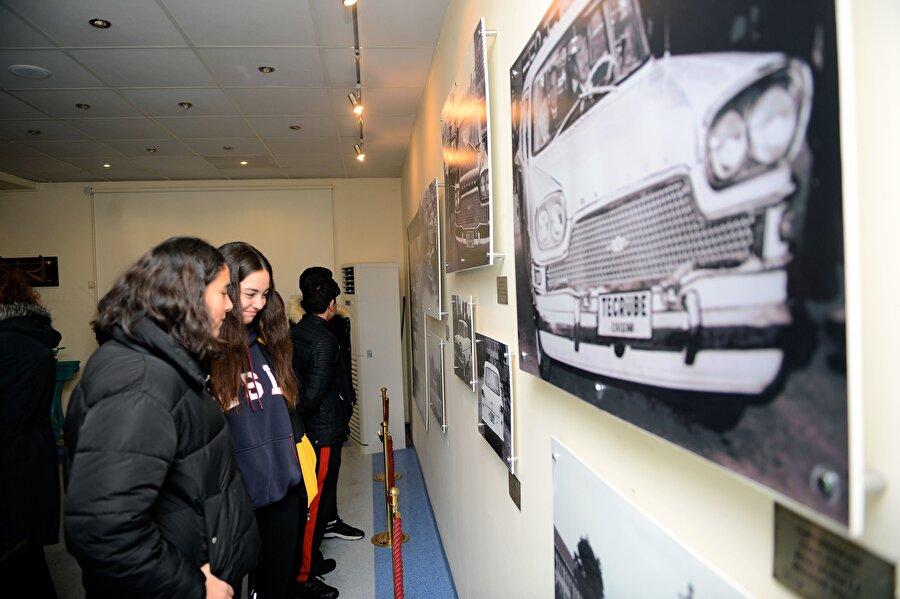 """Öğrenciler """"Devrim""""i görerek öğrenecekler TÜLOMSAŞ ile İl Milli Eğitim Müdürlüğü iş birlikteliğinde hazırlanan """"Eskişehir yerli değerleri ile buluşuyor"""" projesi hayata geçirildi.          Proje kapsamında, yıl boyunca düzenlenecek etkinliklerle kentte eğitim gören 7 bin 993 öğrencinin müzeyi ziyaret etmesi hedefleniyor.Ankara'dan gelen ve müzeyi ziyaret eden Buğra Doğanay, Devrim otomobilinin Eskişehir'de sergilendiğini öğrendiğini, bunun için geldiklerini belirterek, arkadaşlarıyla birlikte yerinde görmenin mutluluğunu yaşadıklarını söyledi.          Berkay Yılmaz ise Devrim otomobilinin öyküsünü daha önceden bildiğini yerinde görmenin heyecanını yaşadığını ifade ederek, """"Bu ülkede zor şartlar altında çok şeyin başarıldığını gördük. Gurur duyduk. Daha fazla çalışmamız gerektiğini ve ülkemizin değerlerine daha çok sahip çıkmamız gerektiğini bu geziyle öğrenmiş olduk."""" dedi."""