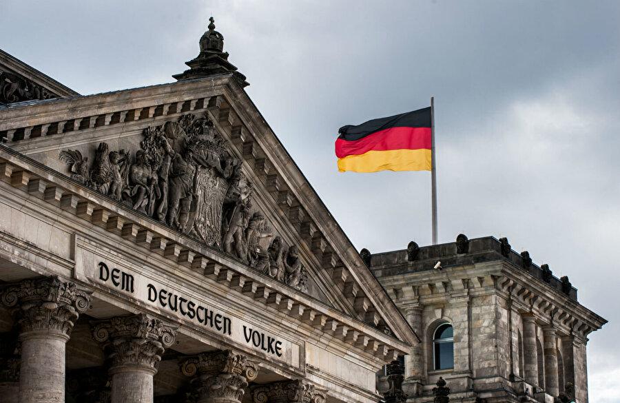 """Almanya                                       Alman Maliye Bakanı ve Başbakan Yardımcısı Olaf Scholz. """"Avrupa için acı bir gün"""" dedi. Shcolz """"Biz iyi bird şekilde hazırlandık ama anlaşmasız Brexit hem AB hem de İngiltere için en az çekici seçenek olur."""" dedi.     İktidardaki Hristiyan Demokrat Birlik Partisi'nin lideri Annegret Kramp-Karrenbauer de """"Anlaşmasız bir Brexit, seçeneklerin en kötüsü"""" dedi."""