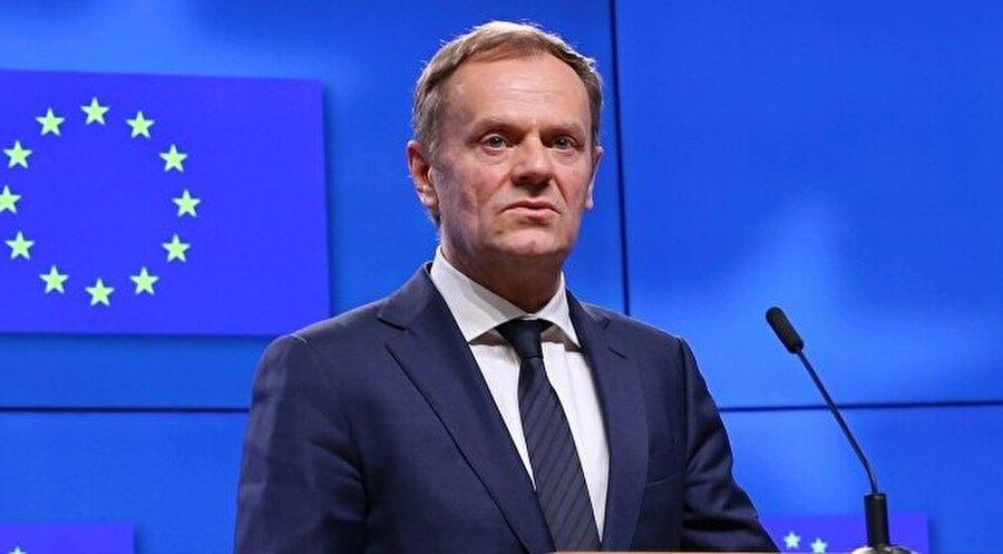 """Avrupa Konseyi Başkanı Tusk: İngiltere, AB içinde kalmalı                                       Avrupa Konseyi Başkanı Donald Tusk, İngiltere'nin Avrupa Birliği'nde kalmasını önerdi. Tusk, Twitter'da paylaştığı mesajda """"Bir anlaşma imkansızsa ve hiç kimse bir anlaşmasız bir çıkış istemiyorsa, en sonunda tek olumlu çözümün ne olduğunu söyleme cesaretine kim sahip olacak?"""" dedi."""