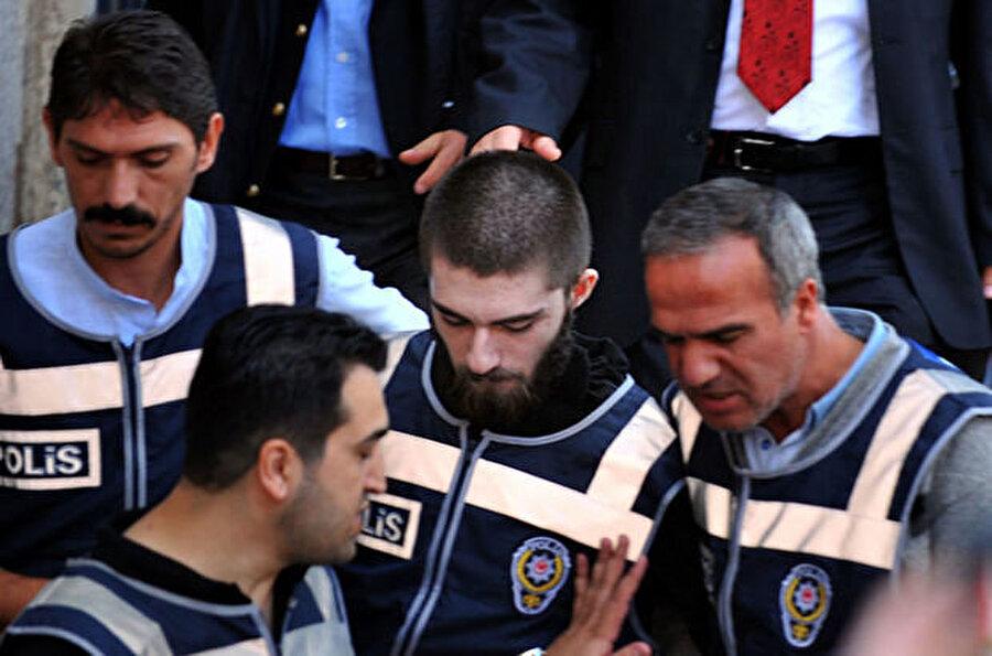 17 Eylül Münevver Karabulut'un katil zanlısı Cem Garipoğlu, İstanbul-Bahçelievler'de avukatı tarafından emniyet güçlerine teslim edildi. Garipoğlu, çıkarıldığı nöbetçi mahkemece tutuklanmasının ardından Maltepe Cezaevi'ne konuldu.