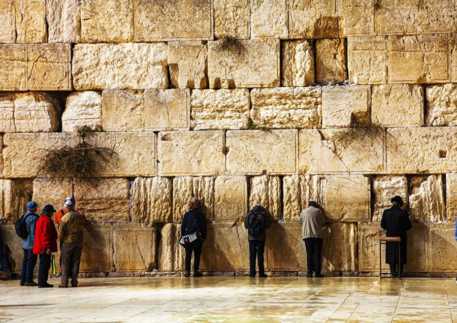 """Kudüs ulemasından kınama Kudüs uleması, İsrail makamlarının işgal altındaki Doğu Kudüs'te bulunan Mescid-i Aksa'nın güney batı duvarı olan Burak (Ağlama) Duvarı'nı """"restore"""" etmesini kınayarak, söz konusu duvarın Kudüs İslami Vakıflar İdaresi'nin yetki alanında olduğuna dikkat çekildi. """"Kudüs Vakıflar, İslam Mukaddesatı ve İşleri Konseyi"""", """"Yüksek İslam Heyeti"""", """"Filistin Fetva Kurulu"""" ve """"Kudüs İslami Vakıflar İdaresi""""nden yapılan ortak yazılı açıklamada, İsrail'in uluslararası hukuk ve sözleşmelere aykırı bir şekilde Kudüs'ün tarihi ve yasal statüsünü değiştirdiği uyarısında bulundu."""
