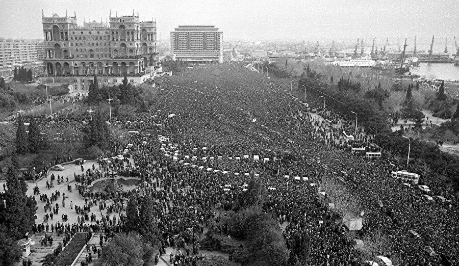 Ermeniler, 1988'den itibaren Dağlık Karabağ'ın Azerbaycan'dan koparılması için faaliyetlerini artırdı ve Aralık 1989'da Ermenistan Sovyet Cumhuriyeti Yüksek Konseyi Dağlık Karabağ'ın Ermenistan'la birleştirilmesi yönünde karar aldı.