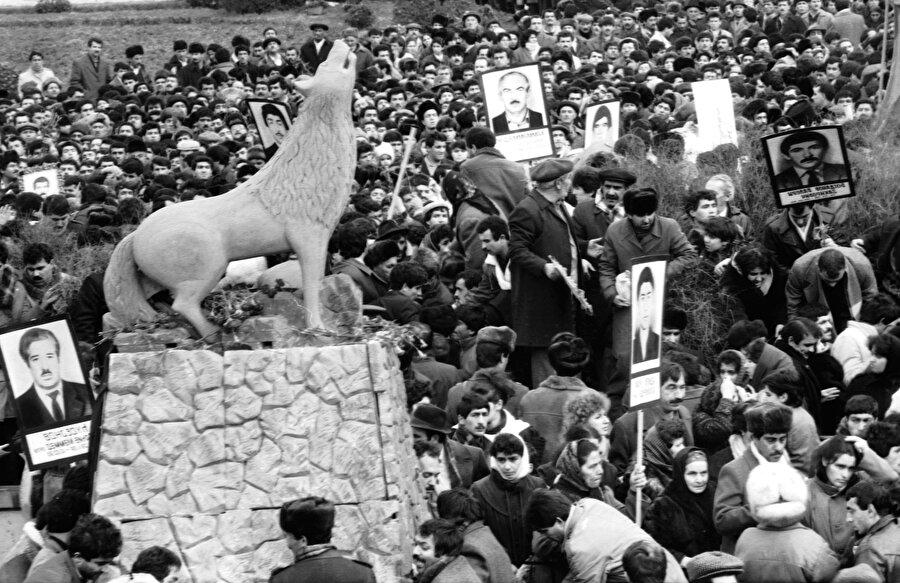 Bu karar Azerbaycan'da tepkiyle karşılandı ve Bakü'de yüzbinlerce insanın katıldığı mitingler düzenlendi. Azerbaycanlılar, Ermenilerin artan toprak taleplerine ve Sovyet yönetimine tepkilerini göstermek için Bakü'nün Azadlık Meydanı'na akın etti.