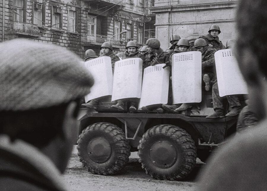 Aralıksız devam eden mitingler Sovyet yönetimini tedirgin etti ve Bakü'ye ordu yürütülmesi yönünde karar alındı. Halk ise kentin giriş yollarını ve Bakü'deki askeri birliklerin önünü kapattı.          19 Ocak 1990'da ilk önce Sovyet istihbaratı tarafından Azerbaycan televizyonunun enerji sağlayıcısı patlatıldı. Akşam saatlerinde ise Sovyet ordusu zırhlı araçlarla 5 yönden Bakü'ye girdi.