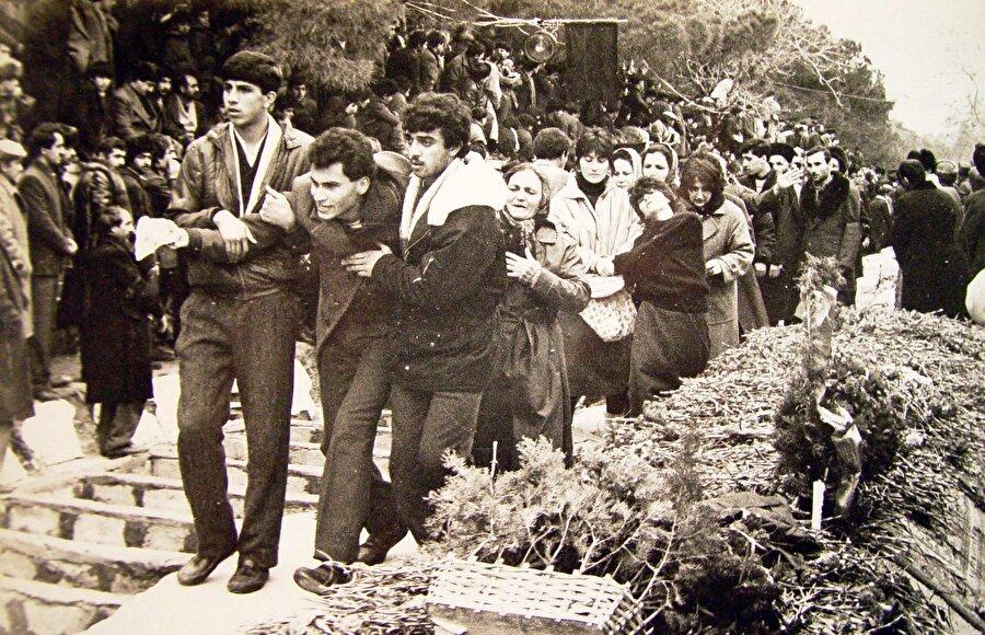Bakü'de Sovyet yönetimi tarafından olağanüstü hal ilan edilmesine ve kentin tamamen Sovyet ordusu tarafından kontrol alınmasına rağmen halk yine sokaklara çıktı ve şehitlerin defnedilmesi için çalışma başlatıldı.