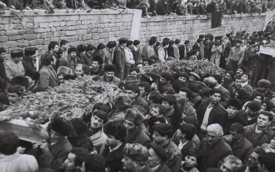 Şehitler, 31 Mart 1918'de Ermenilerin saldırıları sonucu hayatını kaybeden Azerbaycanlıların defnedildiği, daha sonra Sovyet döneminde park haline getirilen Dağüstü Park'ta defnedildi. Cenazeler Azadlık Meydanı'nda toplandı ve buradan insanların omzunda, şimdi Şehitler Hıyabanı ismi verilen şehitliğe getirilerek yan yana defnedildi. Cenazelere yaklaşık 1 milyon insan eşlik etti.
