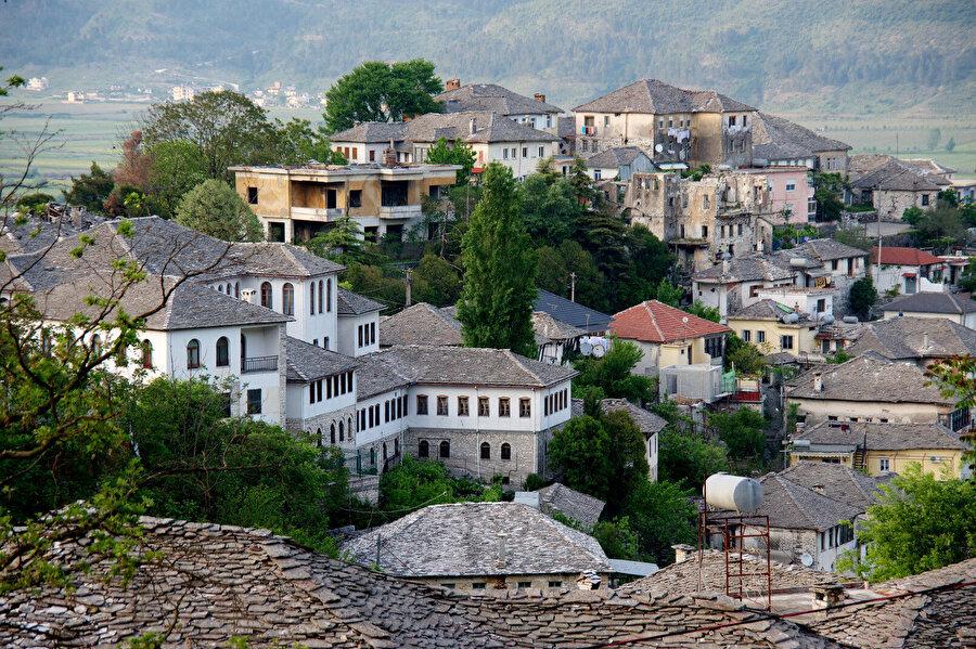Arnavutluk'ta 1990'dan itibaren 1,6 milyon kişi göç etti Arnavutluk kurumlarının verilerine göre ise 1990-2018'de yaklaşık 1,6 milyon vatandaşın göç ettiği ifade ediliyor. Bu sayının Arnavutluk nüfusunun yaklaşık yüzde 36'sına tekabül etmesi dikkati çekiyor.          Arnavutluk İstatistik Enstitüsü (INSTAT) verilerine göre, sadece 2011-2017'de ülkeden 317 bin kişi göç etti. Bunların önemli bir bölümünün Avrupa ülkelerine gittiği ifade ediliyor.