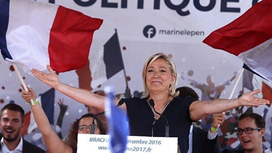 """Ulusal Cephe (Fransa) Listedeki en eski aşırı sağ partilerden olan Ulusal Cephe (FN), AB konusunda geçmişten günümüze farklı pozisyonları belirledi. Başlangıçta Avrupa yanlısı bir parti olan FN, 2000'li yılların başında parti lideri Jean-Marie Le Pen'in, Fransa'nın AB'den ayrılması ve frang para birimine geri dönmesi çağrısında bulunmasıyla konumunu değiştirdi. Le Pen'in başında olduğu FN belki de, Brüksel'in globalist bir demokrasi karşıtı komplo projesi olduğu fikirleri ile AB'yi karanlık bir """"dünya hükümeti"""" ve hatta """"Yeni Dünya Düzeni"""" fikirleri ile bağdaştıran ilk büyük partiydi.     Partiyi ana akıma başarıyla geçiren kızı ve halefi Marine Le Pen (Fransa'nın 2014'teki Avrupa Parlamentosu seçiminde oyların yüzde 25'ini aldı), AB'nin tamamen ortadan kalkmasını istemiyor ancak birliğin sağladığı özgürlüklerden birinin kaldırılmasını istiyor. Avrupa sınır kontrollerinin eski haline getirilmesini isteyen Le Pen buna ek olarak Schengen serbest dolaşım düzenlemesinin de kaldırılmasını talep ediyor."""