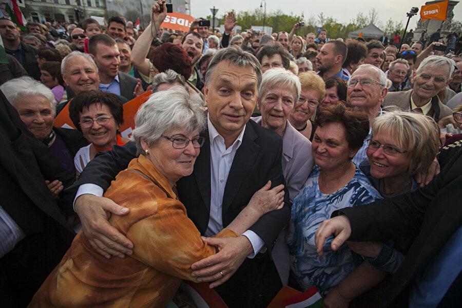 Fidesz (Macar Yurttaş Birliği) - Macaristan Macaristan Başbakanı Viktor Orban'ın partisi de, 1998 yılında kurulmasından bu yana Avrupa konusunda savunduğu görüşlerini değiştirdi. Kurulma aşamasında Avrupa entegrasyonunu destekleyen bir öğrenci hareketi olarak başlayan ve 2004'te Macaristan'in AB'ye girmesi için kampanya yürüten parti daha sonrasında AB konusundaki duruşunu değiştirdi. Orban'ın partisi o zamandan beri giderek daha muhafazakar ve AB karşıtı hale geldi.