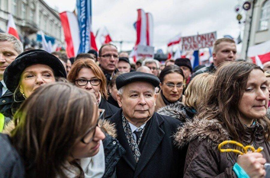 Hukuk ve Adalet Partisi (PİS) - Polonya Polonya'da iktidarda bulunan muhafazakar Hukuk ve Adalet Partisi, Avrupa entegrasyonu ve Brüksel karşıtı bir pozisyon alırken, ABD ile daha yakın bir ilişkide olmayı tercih ediyor. Partinin milliyetçi eğilimleri, özellikle 2015 yılında Avrupa'ya mülteci akını olurken, Brüksel'in Polonya ve Macaristan'a göçmen kotası koyma girişimleri nedeniyle giderek arttı. Sonrasında, parti lideri ve eski Başbakan Jaroslaw Kaczynski, partisinin Macaristan'daki Orban ile ittifak içinde olduğunu açıkça ilan etti.