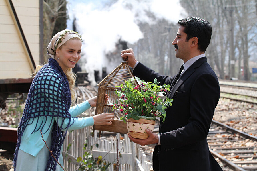 5. Uzun Hikaye                                      Bulgar Ali küçük yaşta yetim kaldıktan sonra Pehlivan dedesi Süleyman ile Bulgaristan'dan Türkiye'ye gelen bir Balkan göçmenidir. Ali'yi dedesi mert ve eşitliğe inanan bir insan olarak büyütür. Delikanlılık yıllarında aşık olduğu Münire'yi ailesi ona vermeyince kaçıran Ali'nin hayatı bundan sonra sevdiği kadınla birlikte tren istasyonlarını arasında kasaba kasaba gezip, nerede tutunabilirse orada yaşayarak geçer. Bu arada Mustafa adında bir de oğulları olur. Fakat geçimini daktilo bilgisi, katiplik, muhasebe kaydı tutma gibi işlerle kazanan Sosyalist lakaplı Ali haksızlığa katlanamayan kişiliği nedeniyle, en basit eşitlik istediği kasabadan dahi bencil ve çıkarcı insanların kumpası nedeniyle kovulur. Bu arada Mustafa da büyümekte ve kendi hikayesini oluşturmanın peşindedir…