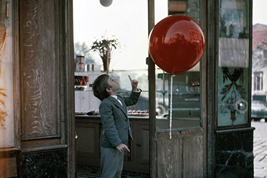 Bonus: Kırmızı Balon                                      'Kırmızı Balon' filmi 34 dakikalık ödüllü bir kısa film. Diyalogsuz senaryosuyla Oscar kazanmış olması, son derece başarılı ve özgün bir yapıt olduğunun adeta kanıtı. Bir çocukla kırmızı bir balonun hikayesini anlatan filmin merkezinde dostluk var. Bu enfes çocuk filminin büyüleyici görselliği, günümüzde de izleyenleri etkilemeyi başarıyor.