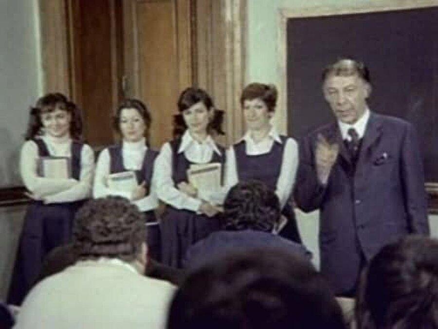 """Ayşen Gruda, """"Mum Söndü"""", """"Deve Kuşu Kabare"""", """"Hababam Sınıfı Müzikali"""", """"Yedi Kocalı Hürmüz"""" gibi ve müzikallerde yer aldı."""