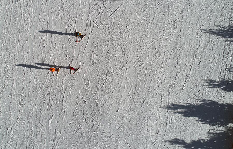 """Kar kristal özelliğini kaybetmiyor Kars'ın Sarıkamış ilçesindeki Cıbıltepe Kayak Merkezi de sarıçam ormanlarıyla çevrili pistleri ve doğal güzelliğiyle öne çıkıyor.          Her yıl yurt içi ve yurt dışından binlerce kayaksevere ev sahipliği yapan Cıbıltepe, modern tesislerinin yanı sıra eşsiz doğasıyla da ziyaretçilerini büyülüyor.          Kars'a 54, Sarıkamış ilçe merkezine 2 kilometre uzaklıktaki kayak merkezi, kar kalitesiyle beğeni topluyor.          Kış sporları ve kış turizmi bakımından Türkiye'nin en önemli merkezlerinden biri olan Cıbıltepe, sarıçam ormanlarıyla kaplı yüksek bir platoda yer alıyor.          Sarıkamış çevresi, özellikle """"alp ve kuzey disiplini"""" kayak uygulamaları, """"kayak safari"""" ve """"kızaklı geziler"""" için çok uygun ortam sunmanın dışında, snowboard sporu için hazırlanmış pistleriyle de kayakseverlerin ilgisini çekiyor.          Biri 3,2, ikisi 3, üçü 2,5, ikisi 2, biri 1,7 kilometre olan 9 pist bulunan kayak merkezinde yaklaşık 5 kilometre kesintisiz kayak yapılabiliyor.          Yılın birçok günü güneşli geçmesine rağmen çığ tehlikesi bulunmayan merkezde, kar kristal özelliğini kaybetmiyor."""