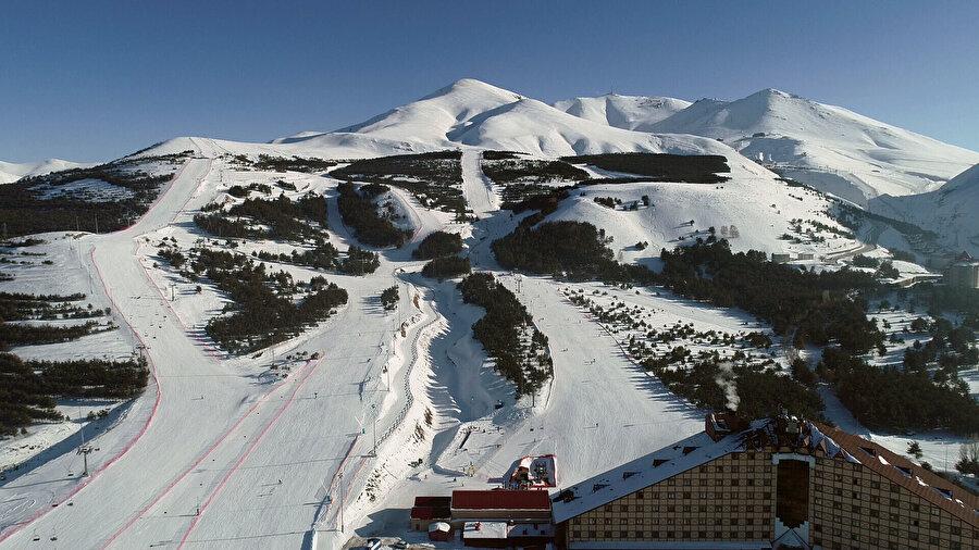"""Gece gündüz kayak yapma imkanı Dünyada """"kış turizminin parlayan kenti"""" olma yolunda ilerleyen Erzurum'daki 12 kilometre pist uzunluğuna sahip Palandöken, misafirlerine gece gündüz kesintisiz kayak yapma imkanı sunuyor.Dünyanın en uzun ve en dik pistleri arasında yer alan, şehir merkezine çok yakın olması dolayısıyla kolay ulaşım imkanı da sağlayan Palandöken'deki 8'i kolay, 9'u orta düzey, 3'ü ileri düzey, 4'ü de doğal olmak üzere 24 pist, kayak ve snowboard meraklılarına eşsiz bir keyif yaşatıyor.          Pistlerinden ikisi slalom yarışları için Uluslararası Kayak Federasyonu (FIS) tesciline sahip Palandöken, aynı anda yaklaşık 12 bin kişiye kayak yapma imkanı sunuyor.Türkiye'de pistlerin aydınlatılarak gece kayağının yapıldığı merkezlerden olan kentte, kayakçılar eşsiz manzaraya karşı kayak yapmanın keyfini yaşıyor.         Yurt genelinde kayak sezonunu ilk açan merkez olan, aralık ayının ilk haftasında kayak heyecanı başlayan ve birçok otelde konaklama imkanı bulunun Erzurum'da kayakseverler, aydınlatılan pistte doğal ve suni kar üzerinde nisan ayının sonuna kadar kayak yapma imkanı bulunuyor."""