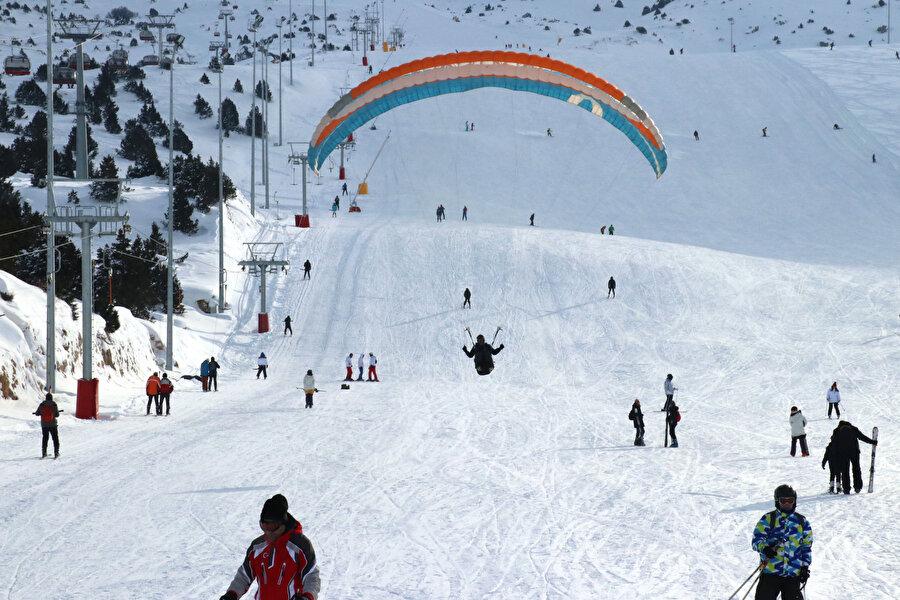 Ardıç Gölü kenarında kayak keyfi Erzincan'da doğal güzelliği ile göz doldurup misafirlerine eşsiz imkanlar sunan Ergan Dağı Kış Sporları ve Doğa Turizm Merkezi de doğal pistleri ve gece kayağı imkanı ile Doğu Anadolu Bölgesi'nin dikkati çeken yeni kayak merkezi olarak adından söz ettiriyor.          Ergan Dağı'nda 5 yıl önce hizmete açılan ve yeni olmasına rağmen her yıl yurt içi ile yurt dışından binlerce kayakseveri ağırlayan merkez, doğasıyla da ziyaretçilerine eşsiz güzellikte tatil imkanı sunuyor.          Kent merkezine 12 kilometre uzaklıkta ve havalimanına 13 dakika mesafede bulunan Ergan, ulaşım kolaylığıyla da dikkati çekiyor.          Uzunlukları 1363 ile 2500 kilometre arasında değişen ve farklı zorluk derecesine sahip 4 pistiyle de ziyaretçilerin ilgisini çeken kayak merkezinin toplam pist uzunluğu ise yaklaşık 12 kilometre.          Munzur sıradağlarının eteklerinde bulunan 2970 metre yüksekliğindeki kış sporları merkezinde, saatte 2700 kişi taşıma kapasiteli yeni teknoloji telesiyej sistemi ve saatte bin kişi taşıma kapasiteli teleferik sistemi bulunuyor.Ziyaretçilerine Ardıçlı Gölü kenarında doyumsuz bir tatil fırsatı sunan kayak merkezinde vatandaşların çay, kahve ve yemek ile önemli ihtiyaçlarını karşılayabilecekleri sosyal tesisler de yer alıyor.