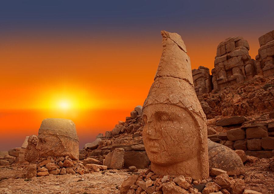Tarihin en güzel kalıntısı olan Nemrut Dağı'nın günbatımı seyre doyum olmayacak kadar güzel.