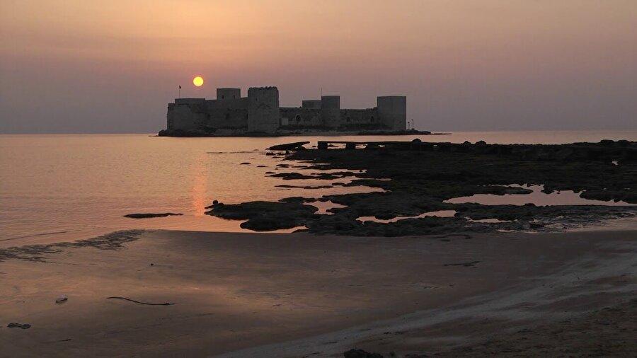 Mersin Kız Kalesi denizle oluşturduğu eşsiz görüntüyü günbatımıyla tamamlıyor.
