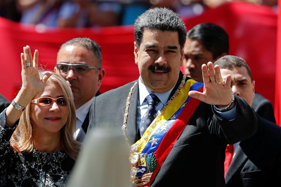 Maduro nasıl iktidara geldi? Hugo Chavez'in sağlığı, 2011'de kanser teşhisi koyulmasından sonra kötüleşti.          Chavez, sendika liderliğinden gelerek dışişleri bakanlığı ve başkan yardımcılığına kadar yükselen Nicolas Maduro'yu yerine aday gösterdi ve yetkilerinin bir kısmını Maduro'ya devretti.          Chavez'in 2013'te hayatını kaybetmesinden sonra Nisan 2013'te yapılan seçimlerde, eski liderin kendine özgü sosyalist devrimini devam ettireceği sözünü veren Maduro, oyların yüzde 50,8'ini alarak yeni devlet başkanı oldu.          Maduro, Mayıs 2018'de yapılan devlet başkanlığı seçimlerini de yüzde 68 oy alarak kazandı.