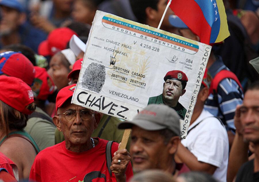 Maduro döneminde olaylar nasıl başladı? Nicolas Maduro'nun devlet başkanlığı koltuğuna oturmasından sonra 2014'te ülkenin batısındaki Tachira ve Merida eyaletlerinde güvenlik sorunları gerekçesiyle protesto gösterileri başladı. Gösteriler kısa sürede başkent Caracas'a sıçradı.          Muhalefet partilerinin de desteğiyle protestolar hükümet karşıtı gösterilere dönüştü.          Muhalefeti darbe teşebbüsüyle suçlayan hükümet güçleri ise göstericilere müdahale etti. Olaylarda 28 kişi öldü.          Ülkedeki ekonomik durumu gerekçe gösteren muhalefet Eylül 2016'da da gösteriler düzenledi. Maduro'yu ekonomik krizden sorumlu tutan göstericiler devlet başkanının görevi bırakmasını istedi.          Venezuela, 2017'nin nisan ve haziran aylarında da gösterilere sahne oldu. Erken seçim isteyen göstericilerle güvenlik güçleri arasındaki çatışmalarda çok sayıda kişi hayatını kaybetti.