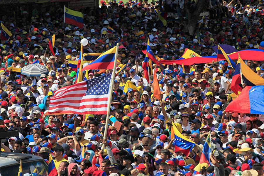 Ülkede muhalefetin talebi ne? Venezuela muhalefeti, Maduro'nun meşruiyeti olmadığını öne sürerek görevi bırakmasını istiyor.          Daha önceki seçimlere hile karıştırıldığını iddia eden muhalefet, erken devlet başkanlığı seçimi yapılmasını talep ediyor.          Muhalefetin kontrolü elinde bulundurduğu ulusal meclisin başkanlığına gelen Juan Guaido, Maduro'nun yerine geçerek yeni bir seçim yapılana kadar ülkeyi yönetmek istiyor.