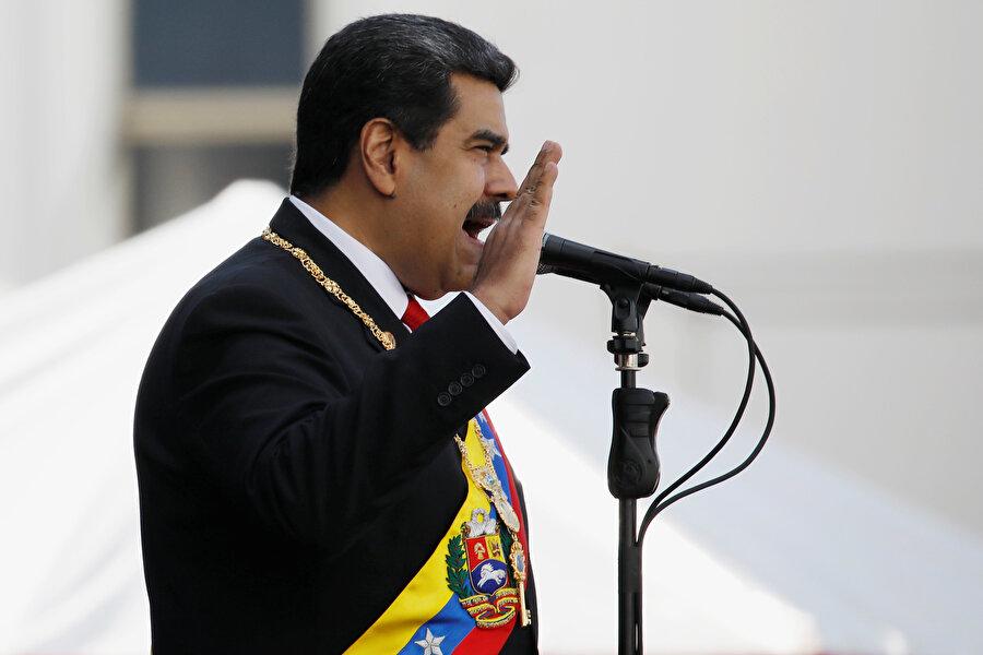 """Maduro taleplere nasıl yaklaşıyor? Maduro, hükümet karşı gösteriler düzenleyen muhalefete ülkesinde ABD destekli darbe teşebbüsü olduğunu vurguluyor.Venezuela hükümetinin önde gelenleri de ABD ile ilişkileri kesen Maduro'ya destek açıklamaları yaparak ABD destekli darbeye karşı çıktıklarını, halkın da dış müdahalelere karşı çıkması gerektiğini belirtiyor.Muhalefete """"ABD'ye güvenmeyin. Onların dostları yok, çıkarları var. Venezuela'nın petrolüne ve zenginliklerine karşı açılmış pençeleri var."""" diyen Maduro'ya destek verenler, karşıt gösteri çağrısı yaptı.Venezuela Ulusal Güvenlik Bakanı Vladimir Padrino da silahlı kuvvetlerin muhalif Guaido'yu desteklemeyeceğini duyurdu."""