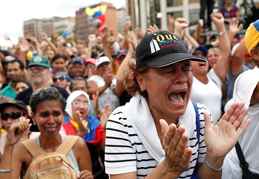 """Dünya ülkelerinin tepkisi ne oldu? Avrupa ülkelerinden Venezuela'da """"siyasi geçiş"""" ve """"yeniden seçim çağrıları"""" yapıldı.          Şu ana kadar İngiltere, Fransa, Almanya, Danimarka ve Kosova, Guaido'ya desteğini açıkladı.          Çin, Rusya ve Türkiye ise Maduro hükümetini desteklediklerini bildirdi."""