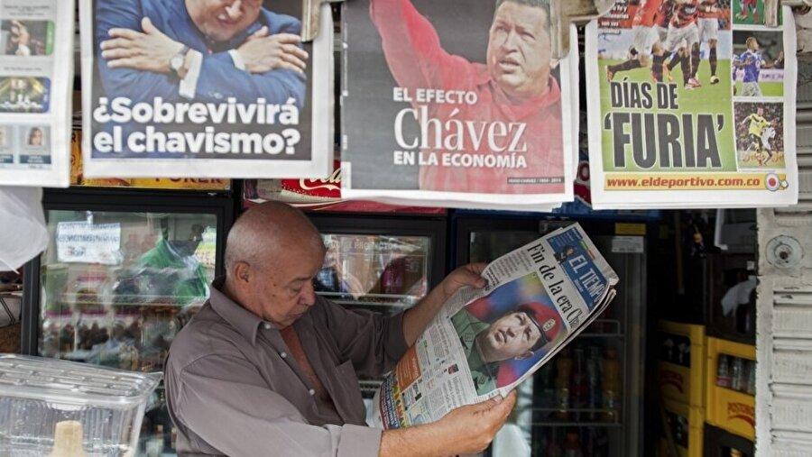 Olaylara uluslararası medyanın yaklaşımı nasıl? Uluslararası medya, son yıllarda Venezuela'daki hükümet karşıtı gösterilere geniş yer verdi. Ülkedeki ekonomik sıkıntılara yoğunlaşan medya, boş market raflarını ve gıda kuyruklarını sık sık haberleştirdi.          Maduro'ya yönelik darbe girişimleri de uluslararası medyada gündem oldu. Son olaylarda Guaido'nun kendini devlet başkanı ilan etmesi de uluslararası medyada flaş haber olarak yer buldu.          Medya kuruluşları, Maduro döneminde Venezuela halkının ekonomik sıkıntı içinde olduğunu anlatan haberleri aktarırken, seçilmiş Devlet Başkanı Maduro'yu destekleyen ve ülkenin çeşitli yerlerinde gösteriler düzenleyen taraftarlarına yer vermedi.
