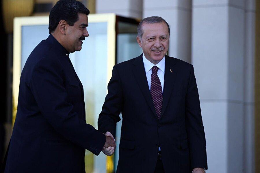 """Maduro, Cumhurbaşkanı Erdoğan'ın yemin törenine katıldı                                      Cumhurbaşkanı Recep Tayyip Erdoğan'ın, 24 Haziran'da yapılan seçimin ardından gerçekleşen yemin törenine Venezuela lideri Nicolas Maduro da katılmıştı.     Sosyal medya hesabı üzerinden Erdoğan'ın yemin etme törenine ilişkin paylaşımda bulunan Maduro, """"Şu anda, Venezuela'nın dostu ve yeni çok kutuplu dünyanın lideri Cumhurbaşkanı Recep Tayyip Erdoğan'ın yemin etme törenine katılmak için Türkiye'ye seyahat ediyorum"""" yorumunu yapmıştı."""