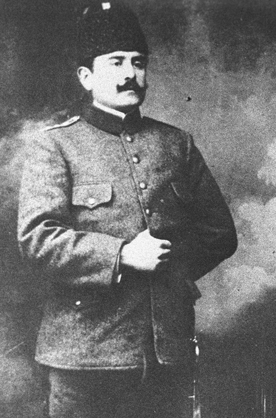 """Kazım Karabekir kimdir?                                      Kazım Karabekir, aslen Karaman'ın Karabekir ilçesinden olan Osmanlı Ordusu subaylarından Mehmet Emin Paşa ile Havva Hanım'ın 5 erkek çocuğundan biri olarak 23 Temmuz 1882'de İstanbul Kocamustafapaşa'da dünyaya geldi.          İlkokula İstanbul'da başlayan Kazım Karabekir, babasının görevi dolayısıyla Van ve Harput'ta devam ettiği ilk eğitimini Mekke'de tamamladı. Orta öğrenimini İstanbul Fatih Askeri Rüştiyesi ile Kuleli Askeri Lisesi'nde sürdüren Karabekir, Harp Okulunu 1902'de bitirdi. Mekteb-i Erkan-ı Harbiye'yi 1905'te birincilikle tamamlayarak """"Altın Maarif"""" madalyası ile taltif edilen Kazım Karabekir, bu okuldan """"Kurmay Yüzbaşı"""" rütbesiyle mezun oldu."""