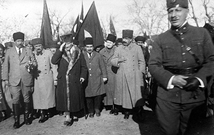 """Kut'ül Amare'e kahramanı Karabekir                                      Karabekir, 1914'te başlayan 1. Dünya Savaşı'na kaymakam rütbesiyle katılarak, Çanakkale Savaşı'nda Fransızlara karşı Kerevizdere'de kazandığı başarı üzerine miralay rütbesi aldı. Alman Mareşali Graf Von der Gotz Paşa'nın kurmay başkanı olarak Irak'a giden Karabekir, Maraşel'in vefatından Bağdat Savaşı sonuna kadar 18. Kolordu Komutanı oldu ve Kut'ül Amare'de İngilizlerin bozguna uğradığı savaşta yer aldı.          1917'de Diyarbakır'daki 2. Kolordu Komutanı olarak Ruslara karşı savaşan Karabekir, Rusların çekilmesinden sonra Ermeni çetelerle mücadele etmek üzere 31 Aralık 1917'de 3. Ordu'ya bağlı 1. Kafkas Kolordu Kumandanlığına getirildi. Ağır kış koşullarına ve kısıtlı imkanlara rağmen 18 Şubat 1918'de Erzincan'ı, 12 Mart 1918'de Erzurum'u çetecilerden tamamen temizleyen Karabekir, 3 Mart 1918 Brest-Litovsk Anlaşması ile Rusların boşalttığı Kars, Ardahan ve Batum'u, Ermeni ve Gürcülerden almak için harekatı sürdürdü. 25 Nisan 1918'de Kars'ın kurtarılmasından sonra 15 Mayıs'ta Gümrü'ye giren Karabekir, başarılarından dolayı 28 Temmuz'da """"Mirliva"""" rütbesine yükseltildi.Karabekir, 30 Ekim 1918'de Mondros Mütarekesi'nin imzalanmasının ardından İstanbul'a çağrılarak kendisine teklif edilen Erkan-ı Harbiyye-i Umumiyye Reisliği (Genelkurmay Başkanlığı) görevini kabul etmedi. Tekirdağ'daki 14. Kolordu Komutanlığına getirilen Karabekir, kendi isteğiyle 13 Mart 1919'da Erzurum'daki 15. Kolordu Komutanlığına nakledildi."""