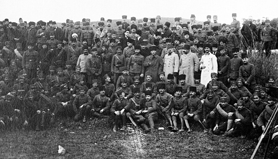 """31 Mart'ta Karabekir                                      Kazım Karabekir, 13 Nisan 1909'da 31 Mart Olaylarında Selanik'ten İstanbul'a gelen Hareket Ordusu'nda görev alarak Beyoğlu Kışlası'nın ve Yıldız Sarayı'nın ele geçirilmesinde ve isyanın bastırılmasında önemli rol oynadı.          1910'da Arnavutluk isyanının bastırılmasında da kolordunun hareket şubesi şefi ve kısmen de erkanı harp reis vekili olarak bulunan Karabekir, 1912'de """"Binbaşılığa"""" terfi etti. Karabekir, 1912-1913 Balkan Savaşı sırasında 10. Tümen Kurmay Başkanı olarak görev yaptı.          22 Nisan 1913'te esir düşerek Sofya'ya gönderilen Karabekir, 21 Temmuz 1913'te Edirne'nin alınmasının ardından Bulgaristan ile imzalanan İstanbul Antlaşması ile İstanbul'a geldi."""