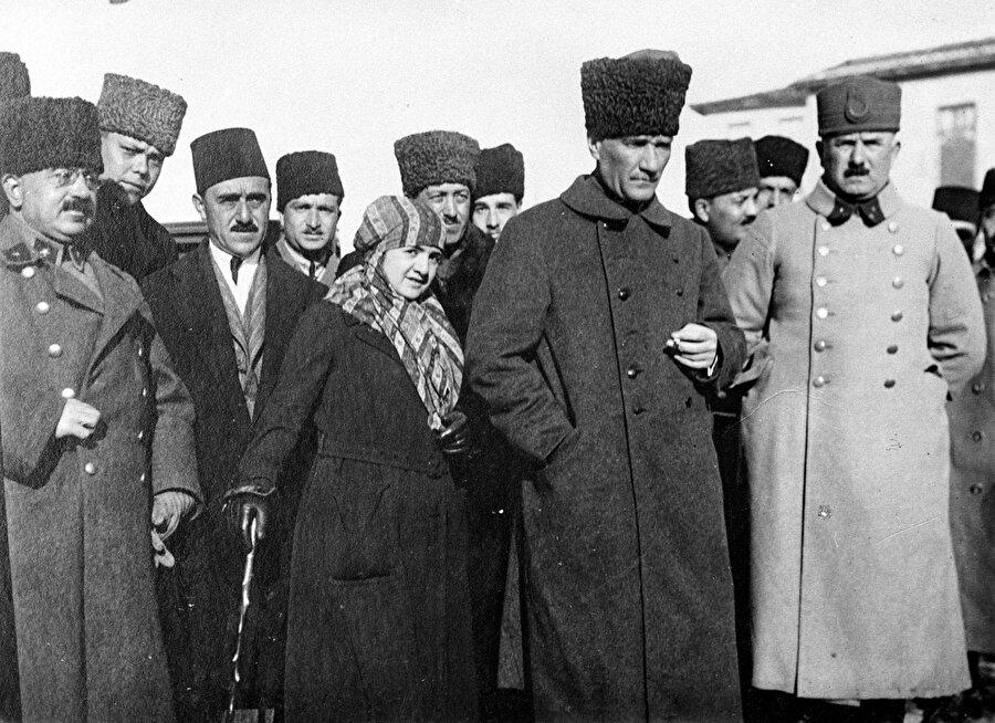 Karabekir'in milli mücadeledeki rolü                                      Trabzon'da ve Erzurum'da, Muhafaza-i Hukuk Heyeti üyeleriyle görüşen Kazım Karabekir, halka moral kazandırmak ve durumdan haberdar etmek için mitingler ve görüşmelerde bulundu. Bu görüşmelerde tüm şartları zorlayarak silahlanmayı sağlamak ve yurttan düşmana kesinlikle silah veya cephane yardımı yapılmasını engellemek, Ermeni propagandalarına inanmamak, Erzurum'da doğu illeri temsilcilerinden oluşan büyük bir kongre toplamak konuları üzerinde duruldu. Karabekir'in İzmir'in işgaliyle kongre önerisi kabul edildi ve 30 Mayıs 1919'da her tarafa davetiyeler yazıldı.          Samsun'a 19 Mayıs 1919'da çıkan Mustafa Kemal Paşa, Erzurum Kongresi'nin toplanması için zemin hazırlayan Kazım Karabekir ile temasa geçti. Erzurum Kongresi'nin toplanma kararını öğrenen Mustafa Kemal Paşa, bunu takdir ettiğini Kazım Karabekir'e telgraf ile bildirdi ve 22 Haziran'da Amasya Genelgesi'ni yayınlayarak kongrenin toplanacağını yurdun dört bir yanına duyurdu.          Mustafa Kemal'in Anadolu'daki eylemlerinden çekinen İstanbul Hükümeti, Paşa'yı İstanbul'a çağırdı. Emre karşı çıkan Mustafa Kemal Paşa'nın tutuklanması için Kazım Karabekir Paşa görevlendirildi. Bu emir üzerine Karabekir, Mustafa Kemal'i komutanı olarak kabul ettiğini bildirdi.