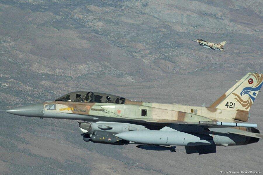 """İsrail'in hava sahası ihlallerine tepki Lübnan'daki Birleşmiş Milletler Geçici Görev Gücü (UNIFIL) İsrail'in Lübnan'ın hava ve deniz kıta sahanlığını her gün çeşitli şekillerde ihlal etmesine tepki gösterdi. Lübnan resmi haber ajansına göre, UNIFIL Sözcüsü Andrea Tenenti, yaptığı yazılı açıklamada, """"İsrail uçaklarının Lübnan hava sahasını kullanması, Birleşmiş Milletler Güvenlik Konseyi'nin (BMGK) 1701 numaralı kararına aykırı davranmak ve Lübnan egemenliğini ihlal etmek anlamına gelmektedir."""" ifadelerine yer verdi."""
