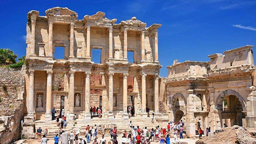1. İzmir: Efes                                       2015 yılında UNESCO Dünya Mirası listesine giren Efes, içerisinde dört unsuru barındırmaktadır: Çukuriçi Höyük, Ayasuluk Tepesi, Efes Antik Kenti ve Meryem Ana Evi. Peki, bu miras neden dünya çapında önemlidir? Efes Antik Kenti, kökenleri MÖ 2. bin sonların kadar giden, Yunan kolonileşmesi zamanında İyonya diye adlandırılan bölgenin en önemli kentlerinden birisi olan, önce Pers hâkimiyetinde kalan daha sonra da İskender hâkimiyetinde önemini arttırarak yeninden kurulan ve Roma kontrolünde ise önemli olayların merkezi olan ülkemizin en mühim antik kentlerinden birisidir.Günümüzde ayakta kalmayı başarabilmiş tiyatrosu, kütüphane girişi ve önemli yapılarlıyla birlikte hayranlık uyandıran sütunlu caddesiyle turistlerin ilgi odağı olmaktadır. Ayrıca hemen yakınındaki Ayasuluk Tepesi'nde bulunan ve şuan ayakta olmasa da dünyanın yedi harikasından birisi olan Artemis Tapınağı'na da ev sahipliği yapmaktadır.  Hıristiyanlar için oldukça değerli olan İncil yazarlarından St. Jhon'un mezarının bulunduğu St. Jhon Bazilikası da bu tepe de bulunmaktadır.Hz. Meryem'in 101 yaşına kadar yaşadığına inanılan Meryem Ana Evi de Efes yakınlarındaki Bülbül Dağı civarındadır.